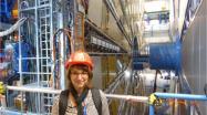Frau Grabert am Atlas-Detektor