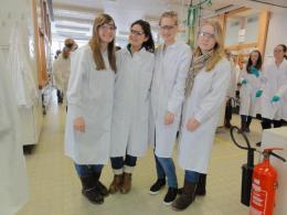 vier Schülerinnen